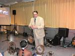 Der Direktor der Schule, Herr Kiesel bedankte sich bei der Band, den Schülern und den Lehrern für den gelungenen Abend
