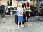 Frau Kerner überreicht Frau Dr. Mehler von den Augustinusschwestern einen Blumenstrauß für ihre Gastfreundschaft
