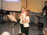 2 Schülerinnen mit einem Musikstück auf der Flöte