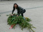 Die Vorsitzende des Bürgervereins, Frau Kerner, schmückt den Maibaum mit Bänder
