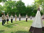 """Diese """"Indianerfrauen"""" zeigen Szenen aus dem Indianer-Alltag"""