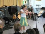 Isabell Mayer spielt auf der Geige ein Solostück