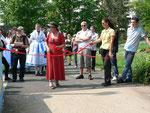 Die Bürgermeisterin und Frau Kerner trennen gemeinsam das rote Band am Fußgänger-Tunnel durch