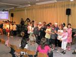 """Die Kinder der 2. Klasse sangen als """"Welt-Uraufführung"""" das Lied: """"Es ist nicht leicht ein Schulkind zu sein"""""""