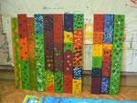 Diese Bretter wurden von den Kindern der Kindertagesstätte mit Acryl-Farben bemalt