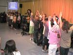"""""""Wir bauen eine Brücke"""" sangen die Schüler der Klassen 2aH und 2bR mit Band-Begleitung"""