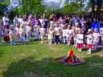 Foto: Otto Kindermann, die Kinder vom Weltkinderhaus stellen sich für die Tanz-Vorführung auf