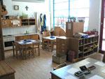 Dieser Raum dient als Atelier, Küche und Speiseraum