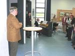 Herr Preuß vom Bürgerverein begrüßt die Gäste. Im Hintergrund: Mirjam Eras (Violoncello) u. Rüdiger Leibold (am Klavier)