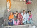 Punal Babar und seine Familie freuen sich sichtlich über ihr neues Haus in YOUSAF NAICH