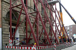 An der Claubergstraße wird ein Gerüst aufgebaut…