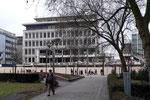Das (Rest-)Gebäude vom König-Heinrich-Platz aus gesehen