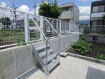 倉庫からのアプローチ 鋼製階段