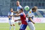 Raul Bobadilla (Basel) gegen die Hoppers Daniel Pavlovic (L) und Veroljub Salatic