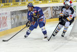 Andres Ambuehl (Davos,l.) gegen Clarence Kparghai (Lugano)