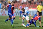 Amir Abrashi (M,GCZ) gegen die Basler Fabian Frei (L) und Aleksandar Dragovic