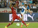 Bakary Kone (L,Lyon) versucht Izet Hajrovic am Schuss zu hindern