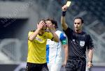 Steve Von Bergen (YB) sieht fuer ein Foul die gelbe Karte