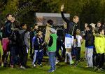 Stephane Grichting (GCZ) wird nach dem Spiel von jungen Fans umringt