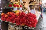 Bouquets de piments sur le marché de Venise (Italie)