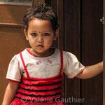 Fillette dans les rues de Durbar Square à Katmandou (Népal)