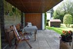 Terrasse der Ferienwohnung mit Blick in den Garten