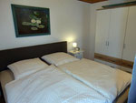 Der Schlafbereich unserer Ferienwohnung mit geräumigem Schrank