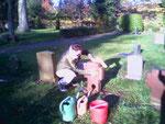 Reinigen der Gräber der Fremdarbeiter