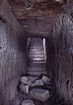 escalier passant au dessus d'une autre galerie