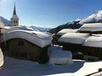 Schwer lastet der Schnee auf den Dächern