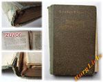 Buchpflege - Bild 1/2 - abgelöster Buchrücken - Buchblock verschoben - lose Lagen - Vorsatzpapier abgetrennt - Kapitalband leicht zerfallend