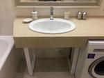 Столешница в ванную комнату из кварцевого агломерата.