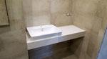 Столешница с мойкой - чашей в ванной комнате. Материал кварцевый агломерат Абсолют Вайт (Чехия)