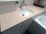 Столешница из кварцевого агломерата Технистоне в ванной комнате. Мойка подстольного монтажа.