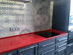 Кухонная столешница из кварцевого агломерата Руби Ред. Мойка накладная.