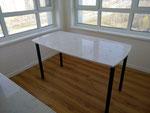 Обеденный стол. Столешница из кварцевого агломерата. Подстолье из металлического профиля