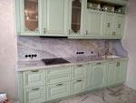 Кухонная столешница с фартуком из бразильского кварцита Люмен.