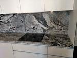 Кухонная столешница с фартуком из гранита Висконт Вайт. Толщина столешницы 30мм, фартука 20мм. мойка подстольного монтажа. Столешница и фартук выполнены с сохранением рисунка камня.