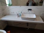 Висячая столешница в ванной комнате из кварцевого агломерата
