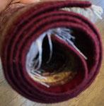 左側のお写真の絨毯に縁かがり加工をしました。