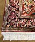 左側の写真の絨毯です。縁かがりとフサ交換後の写真です。
