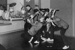 THE TRAVELLERS - Den Haag - aug/sept. 1963 vlnr: Hans de Wekker - Paul vd Voort Maarschalk - Jacques Eckhardt - Leo Bennink - Henk Schram De naam van Hans de Wekker zijn vorige band Les Chimes staat nog op het drumstel!