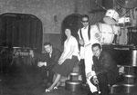LES CHIMES - Rabe's Hotel, Uetersen 1963 vlnr: Hans de Wekker - kelnerin - Hans Ramakers van Praag - Huib Liauw