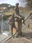 Rotenburger Knaben, an der Fuldabrücke in Rotenburg/Fulda. Die Statue soll Jungen in den Jahren von 1950 darstellen. Sie sind lebengroß in Bronze und im Jahre 2000 hergestellt worden.