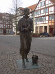 Diakonisse mit Dackel 2003, auf dem Marktplatz in Rotenburg/Fulda