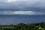 荒れ模様の天気が織りなす、幻想的な伊平屋島。この辺りで雷鳴が……