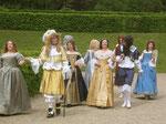 Louis XIV. lustwandelt mit Hofstaat