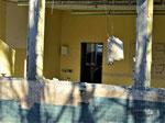 Entkernung Mitteltrakt: Türe weg, Fenster weg, Tafel weg, Waschbecken weg - Papierhandtuchspender da!