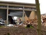Sporthallenabriss: Trennung von Sondermüll- und Recyclingmaterial - mit dem Bagger???