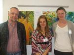 Hannes Resch mit netten Kolleginnen vor Bildern von Karl Bonstingl